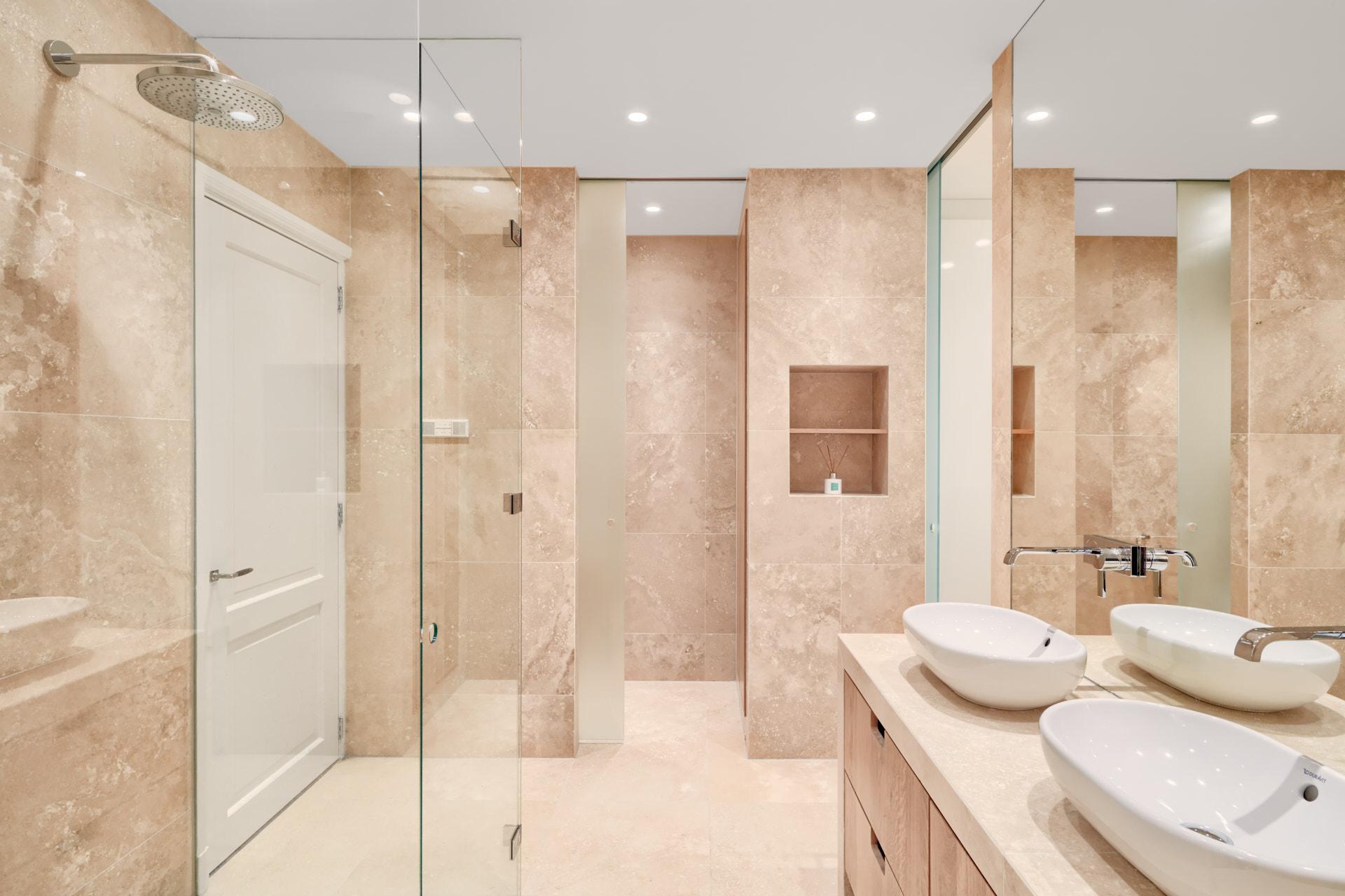 Moderne badkamer gemaakt van natuursteen door architect uit amsterdam Maxim Winkelaar.