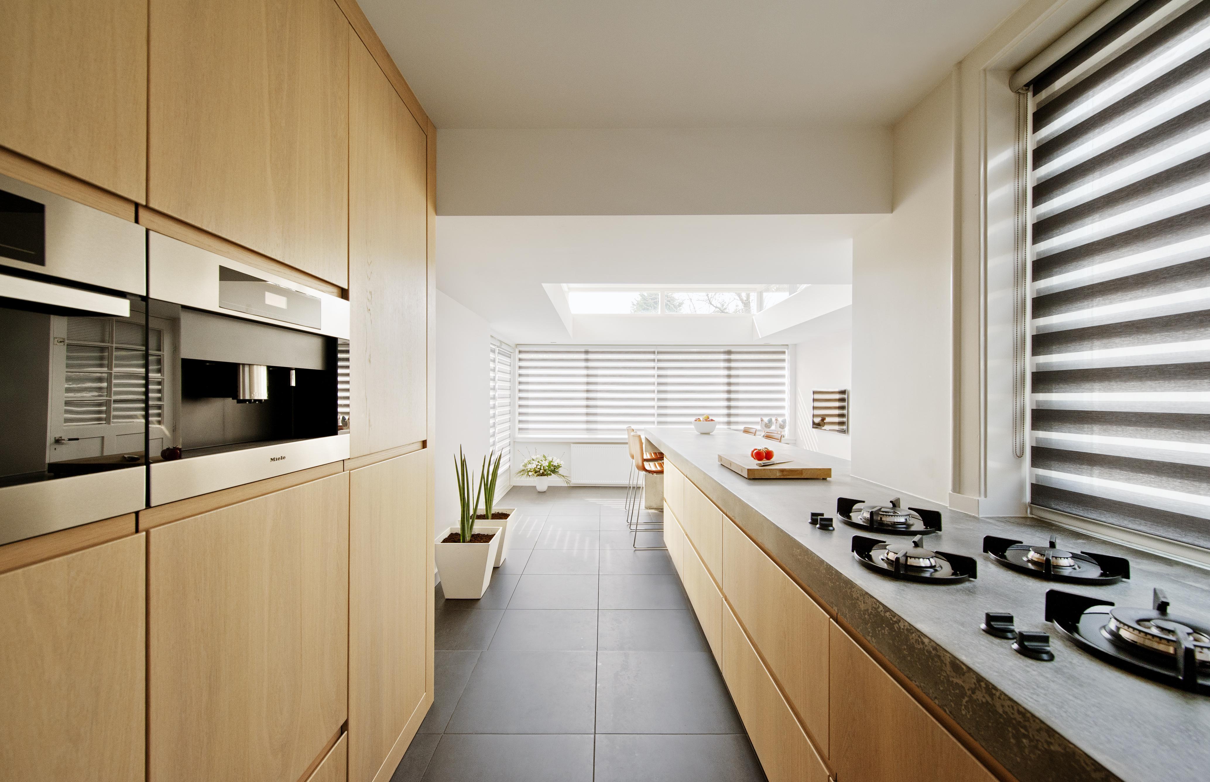 Ontwerp voor moderne keuken met betonnen aanrecht in eenjaren 30 villa in Naarden door architectenbureau Maxim Winkelaar uit Amsterdam.