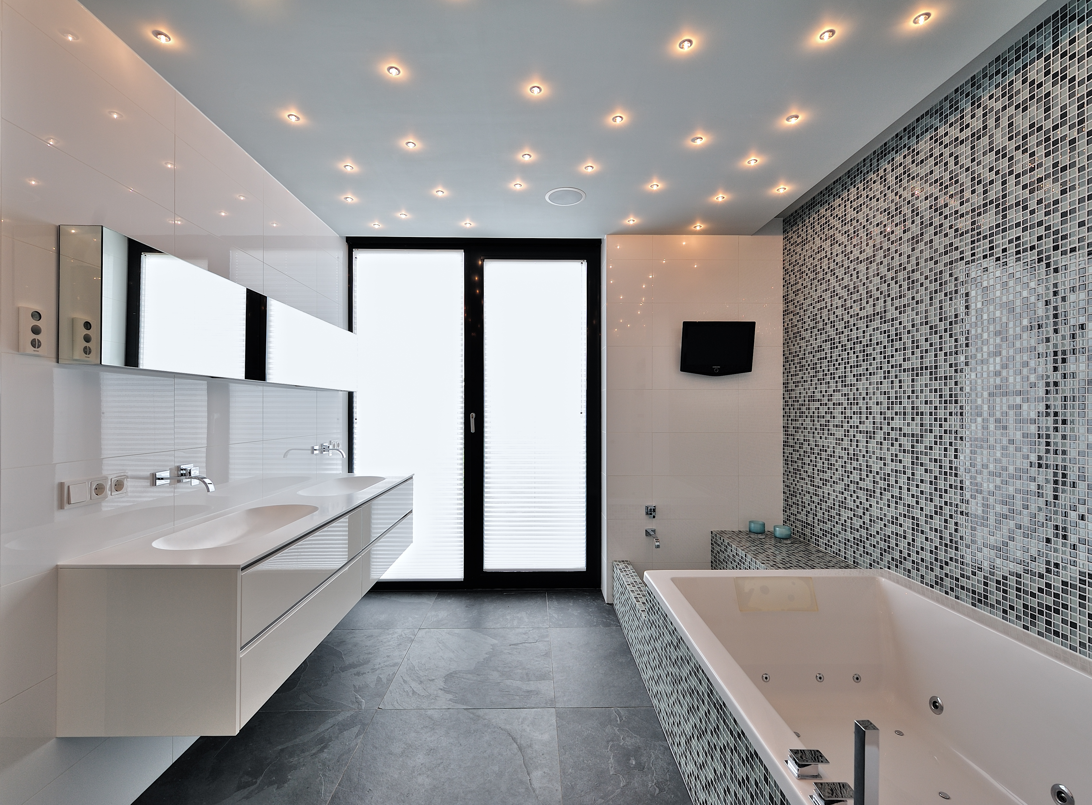 Moderne badkamer met sterrenhemel plafond in nieuwbouw villa Bemmel.