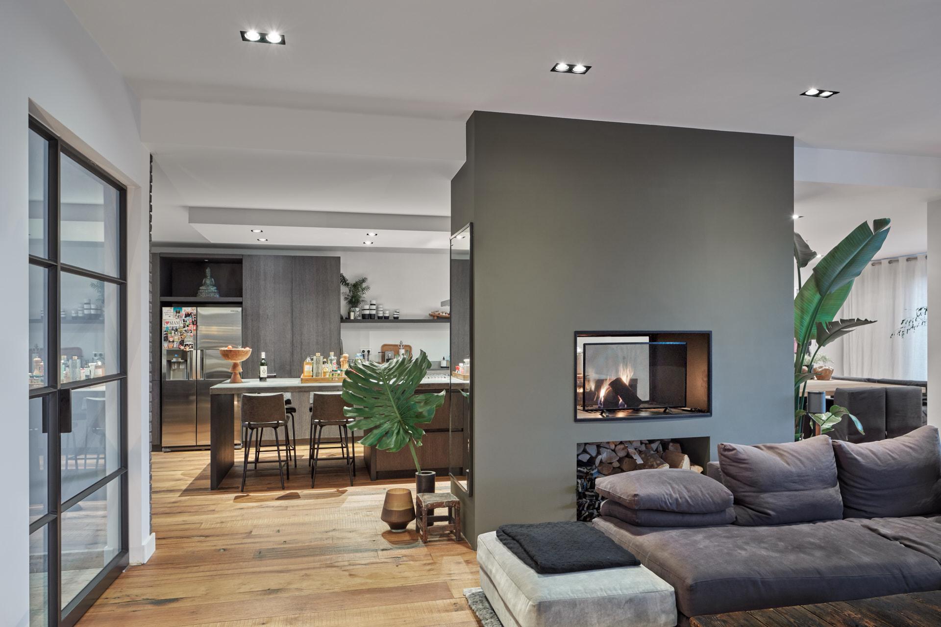 Warm modern interieurontwerp voor de nieuwbouw Villa Vinkeveen door architectenbureau Maxim Winkelaar uit Amsterdam.