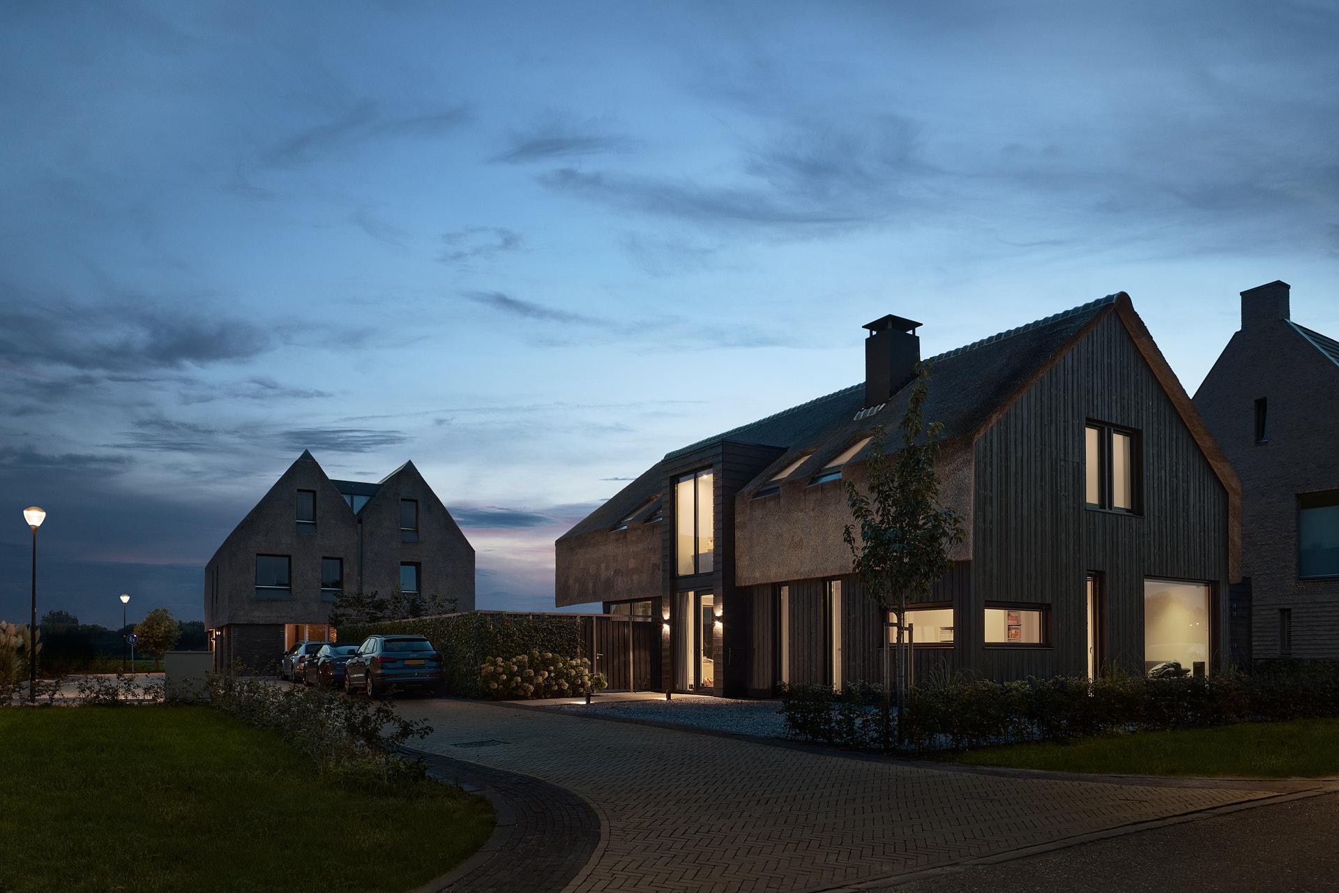 Moderne schuurwoning met rietenkap en houten gevel door architect Maxim Winkelaar uit Hilversum.