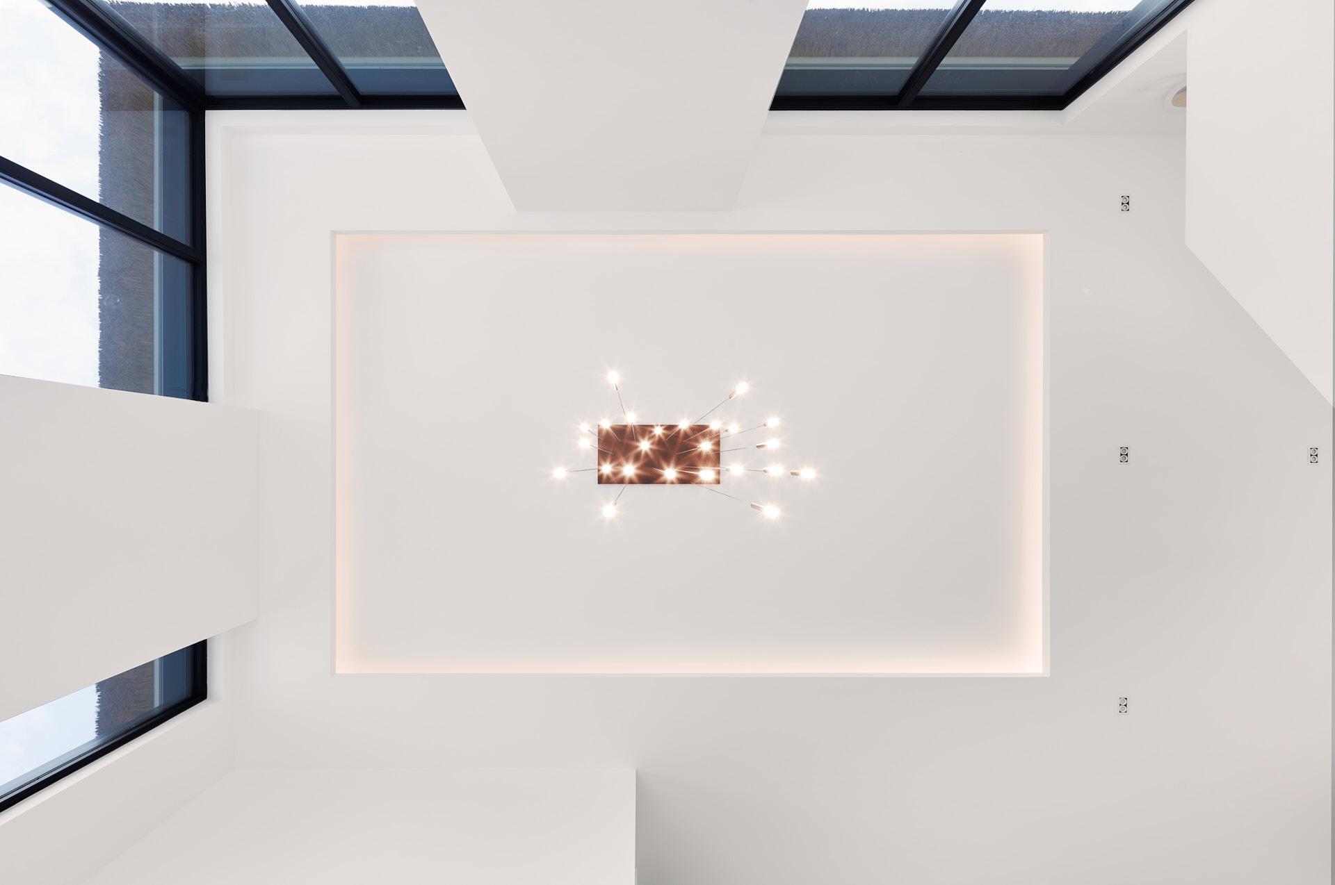 Plafond met LED verlichting en kroonluchter door maxim winkelaar architects.