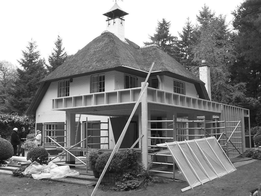 Renovatie met uitbouw vrijstaande villa met rietenkap en houten gevel in Doorn door architect Maxim Winkelaar uit Amsterdam.