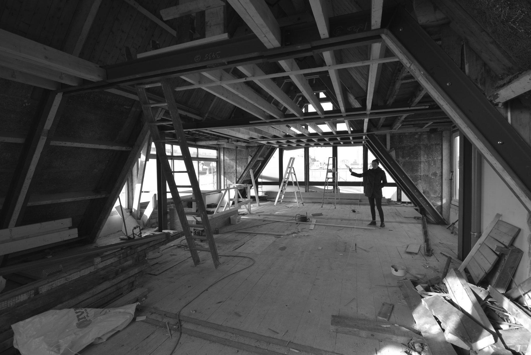 Renovatie van een grachtenpand aan de Oudezijds Voorburgwal in centrum van Amsterdam naar 5 luxe appartementen.