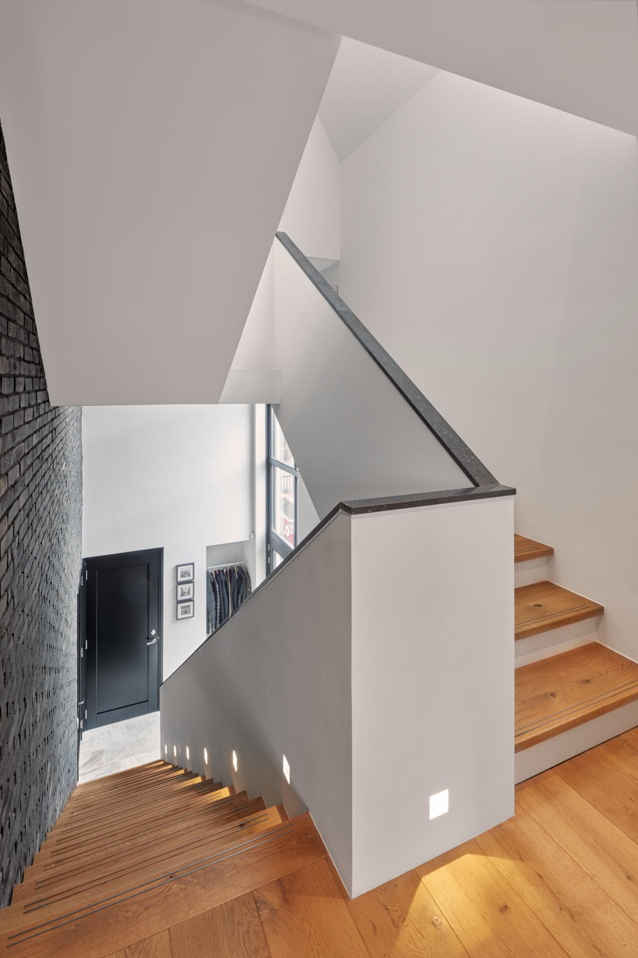 Maxim Winkelaar Architecten uit Amsterdam heeft een moderne nieuwbouwvilla aan het water van de Vinkeveense Plassen ontworpen en gebouwd. Wit stucwerk met hout en een leiendak met veranda.