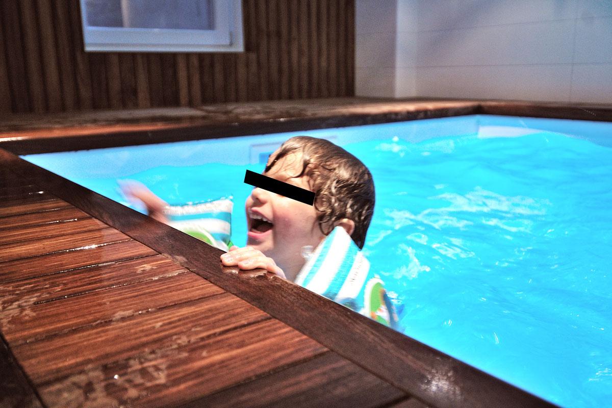 Ontwerp voor spa wellness in villa zeist door amsterdamse architect maxim winkelaar. Zwembad met tegenstroom en houten sauna.