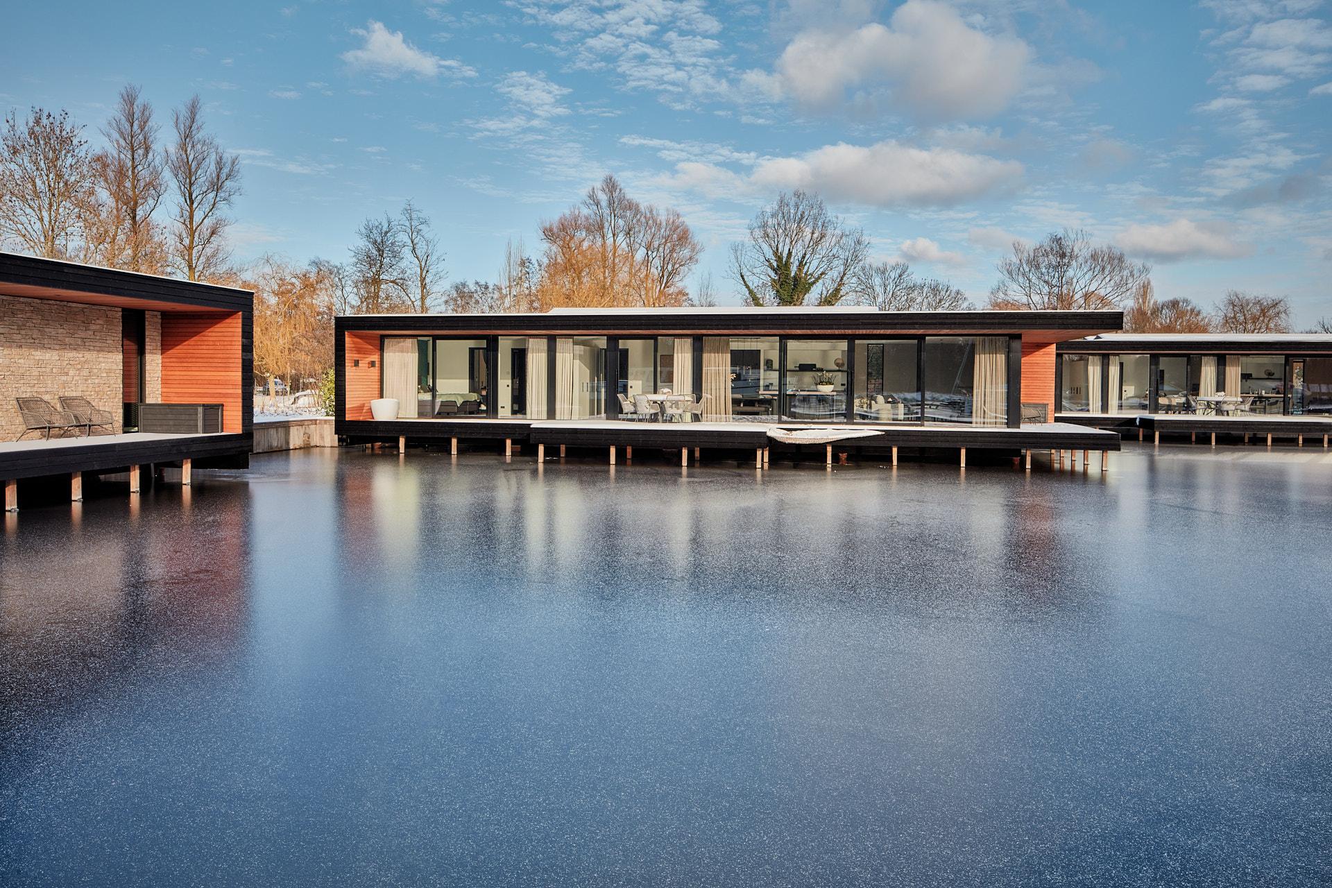 Vier waterwoningen Kortenhoef Haven Lake Villa door architect Maxim Winkelaar