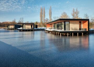 Ontwerp voor nieuwbouw drijvende woning in Kortenhoef, Loosdrecht. De moderne woonarken zijn volledig duurzaam ontwerp door architect Maxim Winkelaar uit Amsterdam.