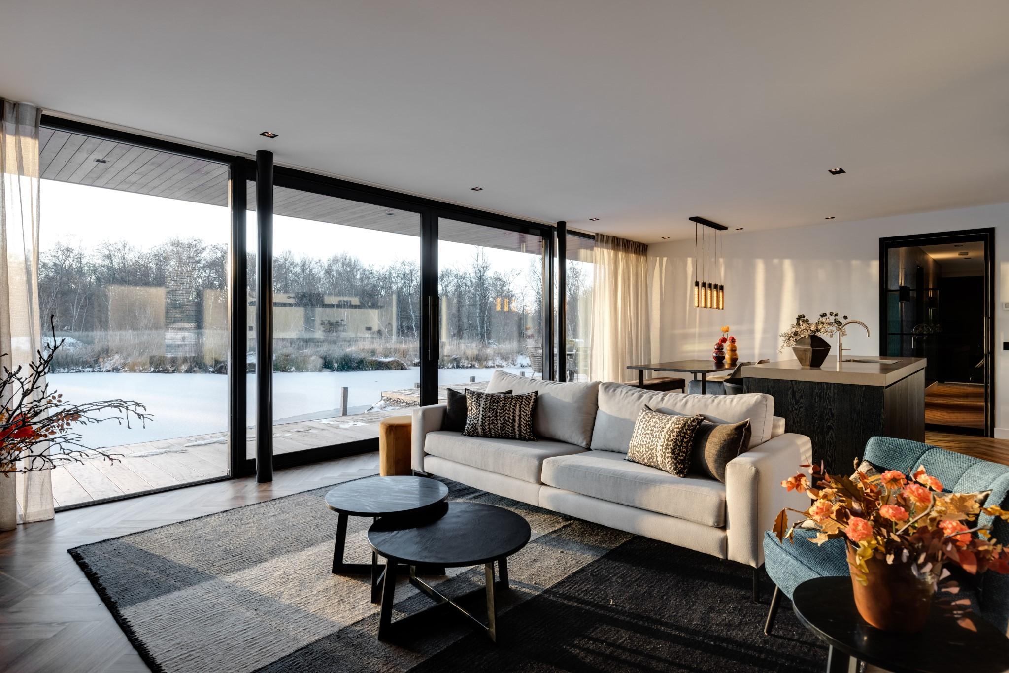 Woonkamer van Haven Lake Village in Kortenhoef ontwerp door interieurarchitect Maxim Winkelaar.