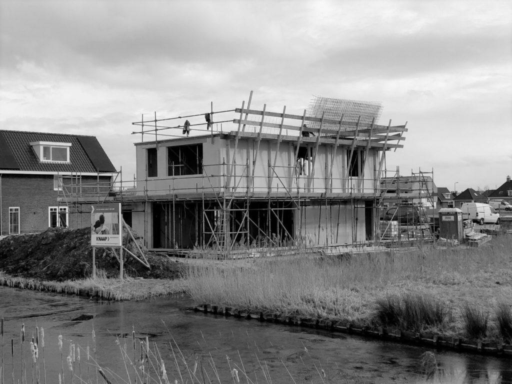 Nieuwbouw villa in Rotterdam Nesselande onder constructie in de wijk Waterwijk. Door architect Maxim Winkelaar.
