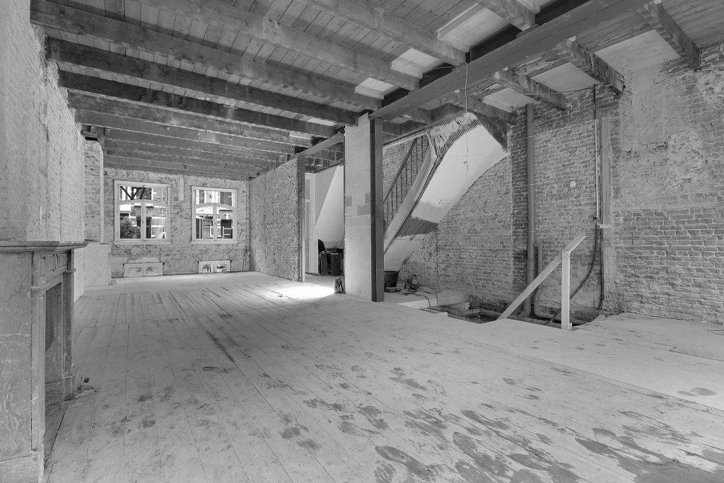 Renovatie van woonhuis in Amsterdam Oud Zuid met stalen portalen en eiken zwevende trap.