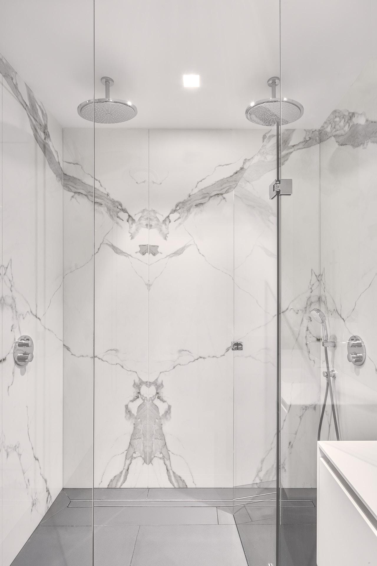 Bookmatch badkamer van marmer en twee persoon douche
